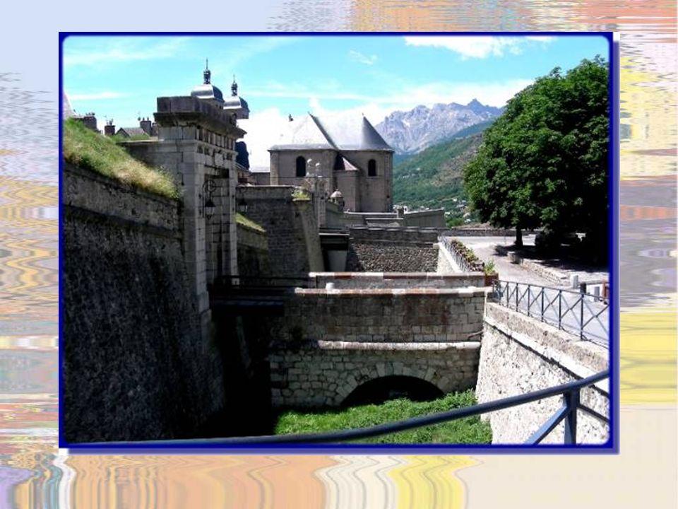 Tel que déjà mentionné, cest en 1692 que Vauban vient à Briançon pour la première fois et commence à élaborer les plans de lensemble de lenceinte urbaine et des aménagements intra-muraux qui commencèrent en 1700 pour assurer la protection contre les incursions fréquentes du Duc de Savoie.