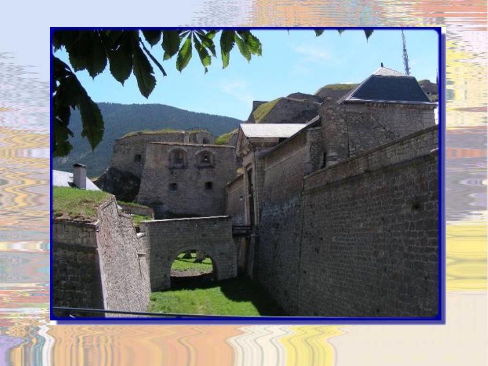 Par le haut, la principale porte dentrée à la cité est celle de Pignerol.