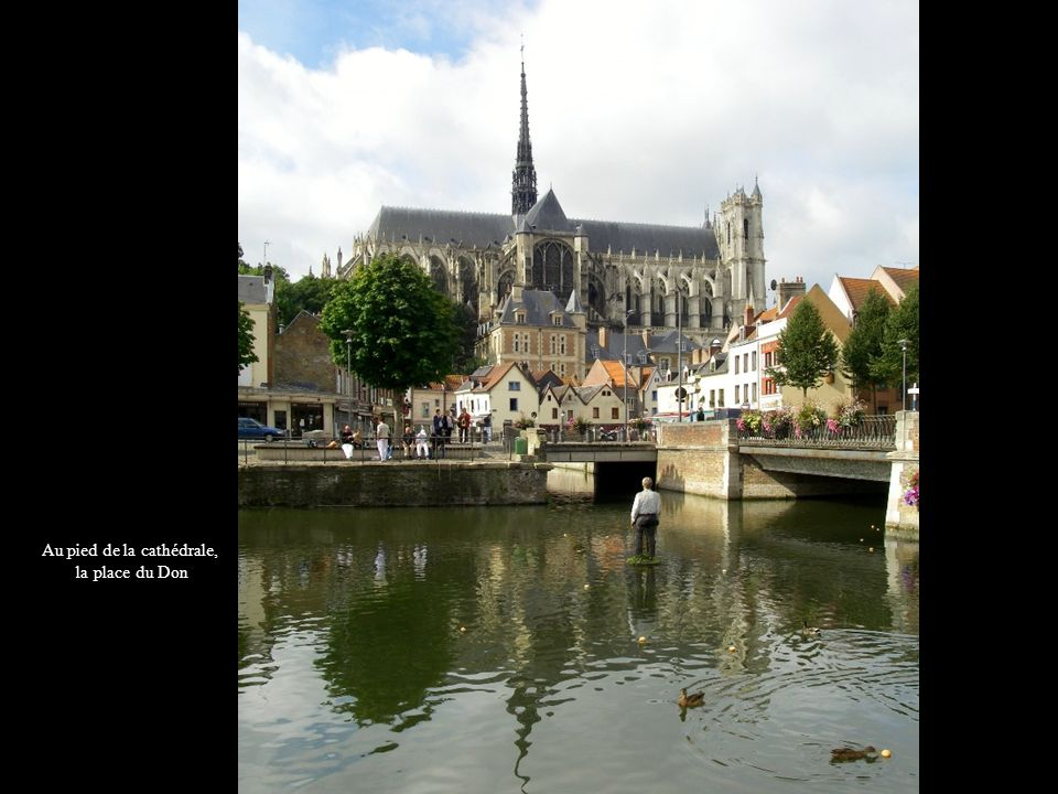 Au pied de la cathédrale, la place du Don