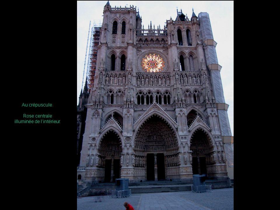 Chaque soir dété, la cathédrale est colorisée, conformément aux traces de peinture retrouvées en certains endroits.