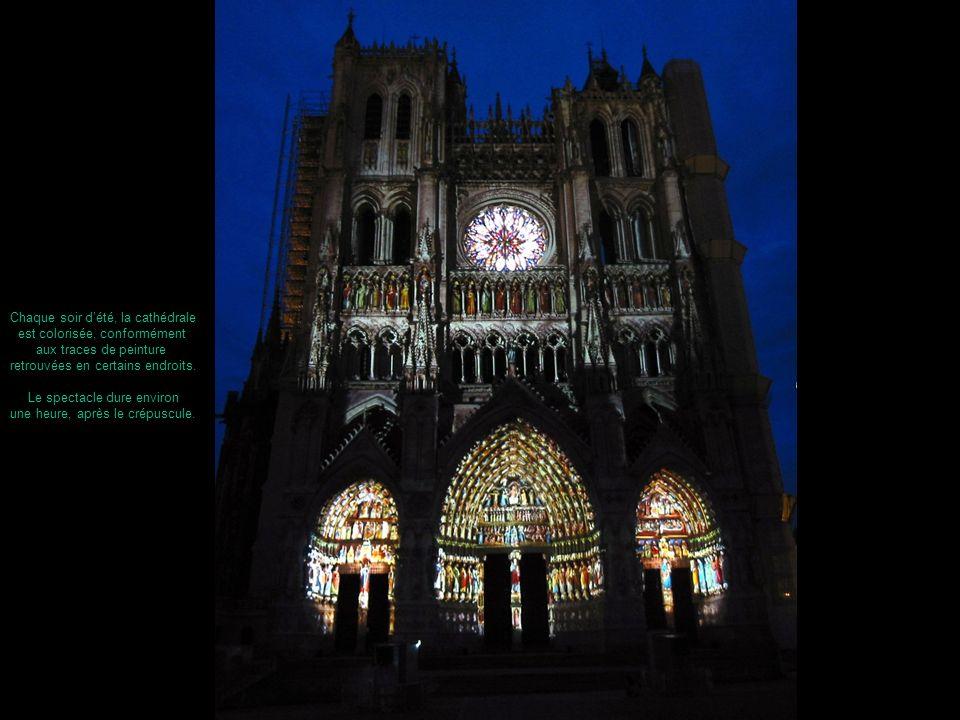 Chaque soir dété, la cathédrale est colorisée, conformément aux traces de peinture retrouvées en certains endroits. Le spectacle dure environ une heur