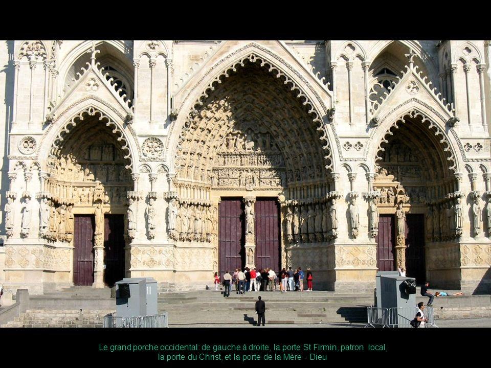 Le grand porche occidental: de gauche à droite, la porte St Firmin, patron local, la porte du Christ, et la porte de la Mère - Dieu