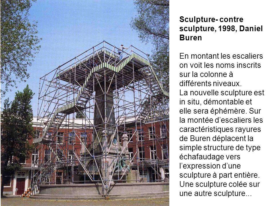 Sculpture- contre sculpture, 1998, Daniel Buren En montant les escaliers on voit les noms inscrits sur la colonne à différents niveaux.