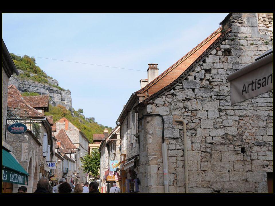 A lépoque, la partie basse ou le village était occupé par les laïcs