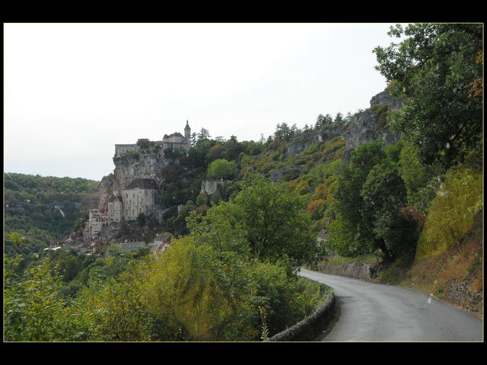 Comme accrochée à une puissante falaise dominant de 150 mètres la vallée encaissée de LAlzou, cette petite cité mariale est un lieu de pèlerinage réputé depuis le XII me siècle