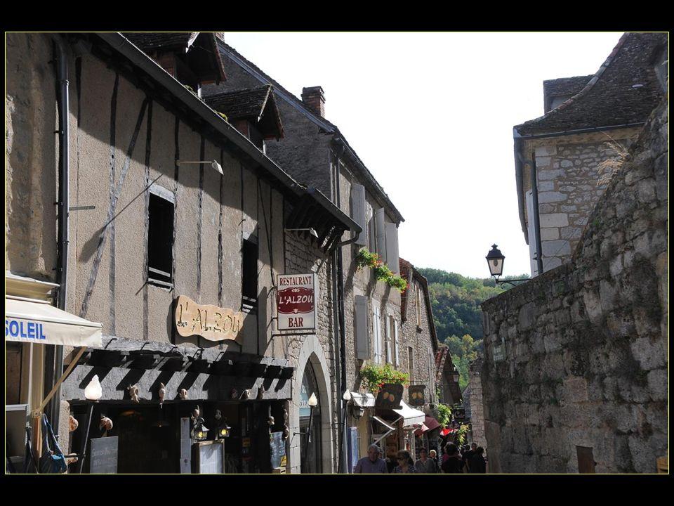 Rocamadour est situé dans la vallée de l Alzou