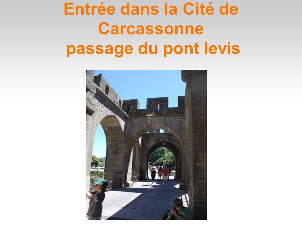 Entrée dans la Cité de Carcassonne passage du pont levis