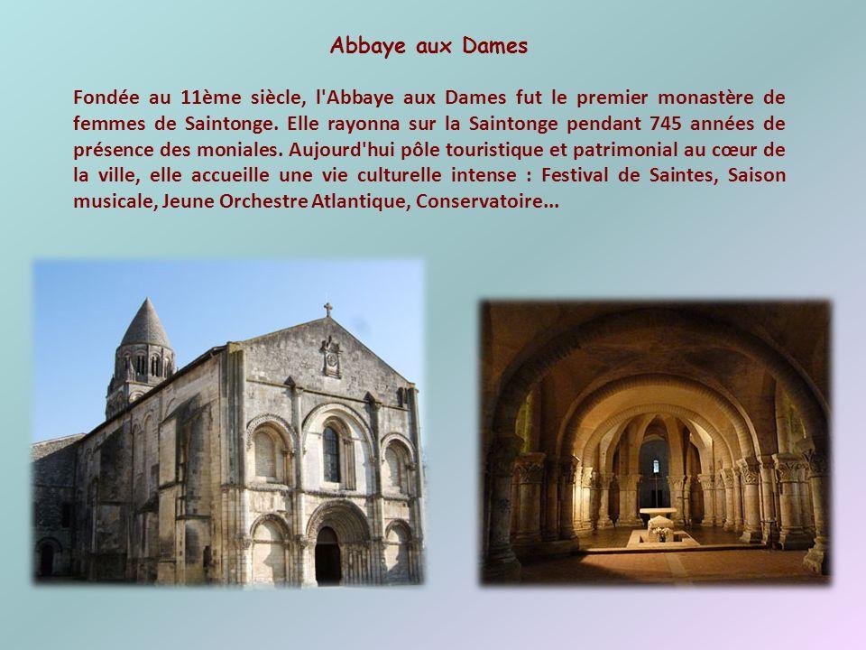 Cathédrale St-Pierre La cathédrale Saint-Pierre se trouve au cœur de la vieille ville. Elle se distingue par son clocher massif avec son dôme de plomb