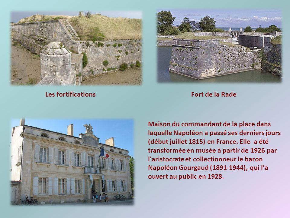 Les forts militaires, les remparts, les portes à pont-levis, les douves remplies d'eau, les poudrières, la maison de Napoléon 1 er témoignent du passé