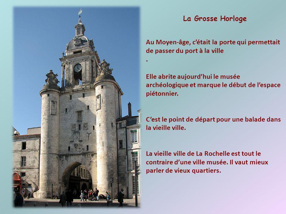 Son mur denceinte avec chemin de ronde, sa tour-beffroi et sa porte dentrée frappée aux armoiries de la ville en font un remarquable édifice. Terminé