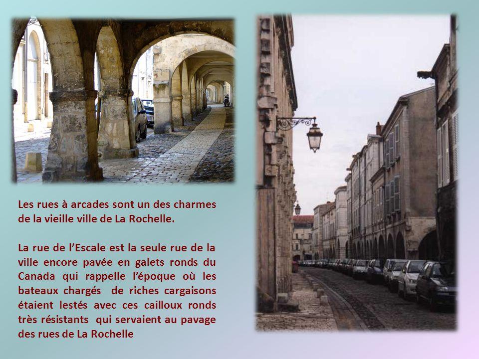 Au Moyen-âge, cétait la porte qui permettait de passer du port à la ville. Elle abrite aujourdhui le musée archéologique et marque le début de lespace