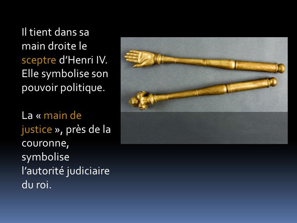 Il tient dans sa main droite le sceptre dHenri IV. Elle symbolise son pouvoir politique. La « main de justice », près de la couronne, symbolise lautor