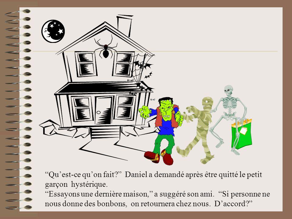 Finalement, à la troisième maison, lorsquil ont frappé à la porte, un petit garçon a répondu. Oui?… il a commencé, mais quand il a vu les trois monstr