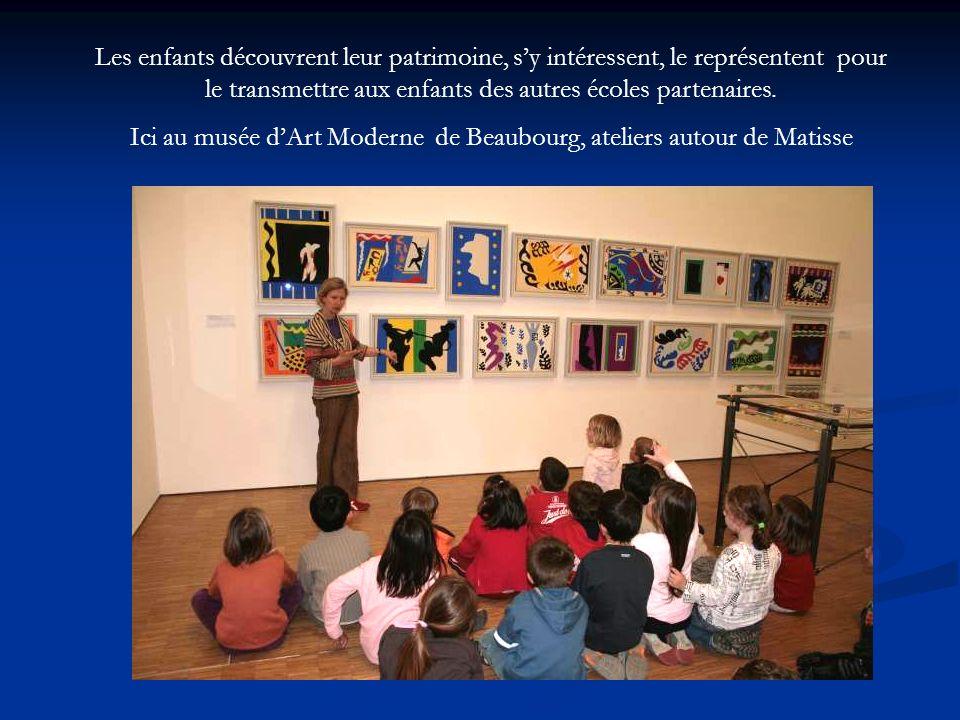 Les enfants découvrent leur patrimoine, sy intéressent, le représentent pour le transmettre aux enfants des autres écoles partenaires. Ici au musée dA