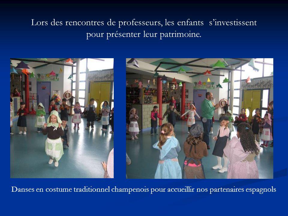 Lors des rencontres de professeurs, les enfants sinvestissent pour présenter leur patrimoine. Danses en costume traditionnel champenois pour accueilli