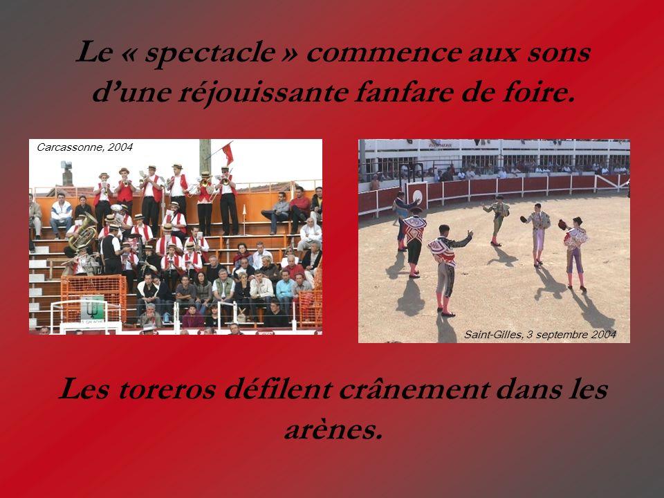 Le « spectacle » commence aux sons dune réjouissante fanfare de foire. Les toreros défilent crânement dans les arènes. Carcassonne, 2004 Saint-Gilles,