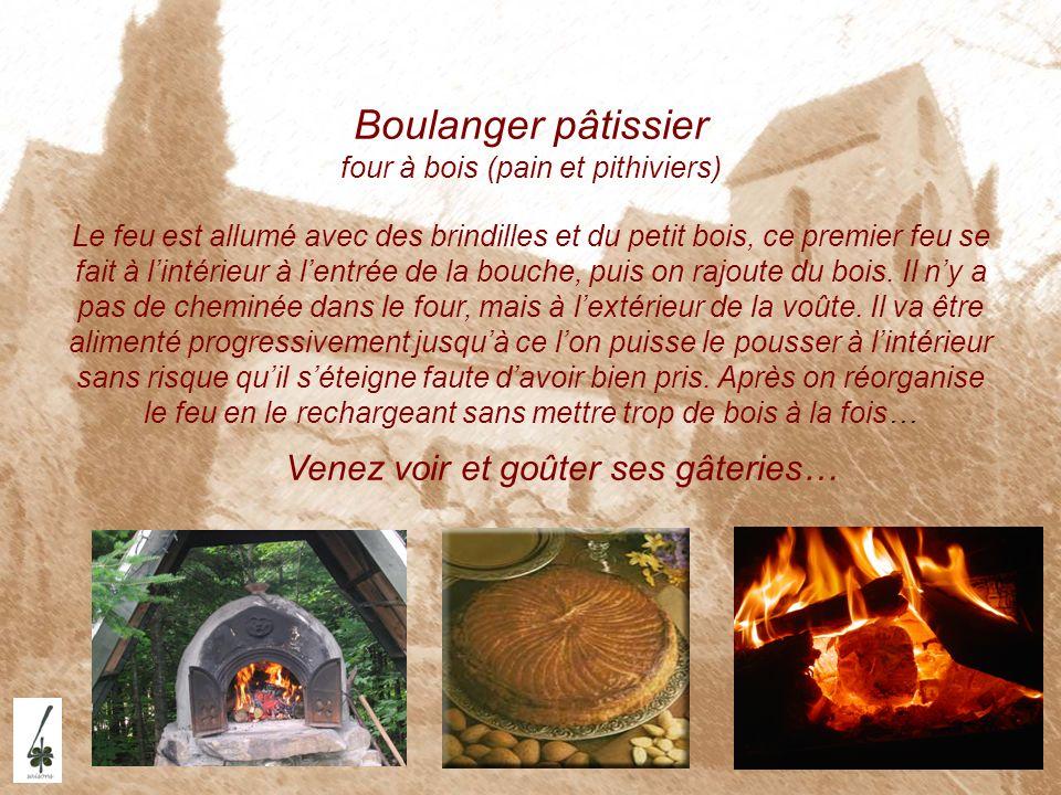 Boulanger pâtissier four à bois (pain et pithiviers) Le feu est allumé avec des brindilles et du petit bois, ce premier feu se fait à lintérieur à len