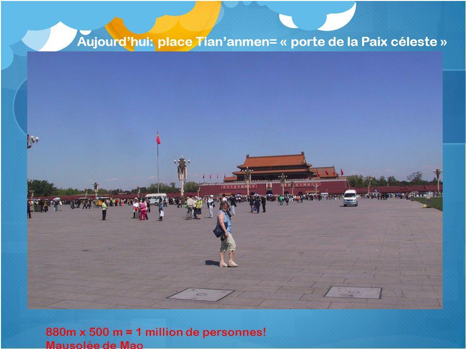 Aujourdhui: place Tiananmen= « porte de la Paix céleste » 880m x 500 m = 1 million de personnes! Mausolée de Mao