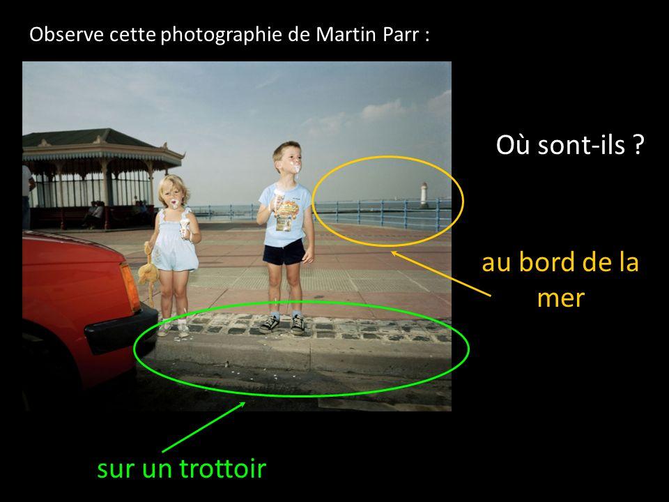 Observe cette photographie de Martin Parr : Où sont-ils ? au bord de la mer sur un trottoir