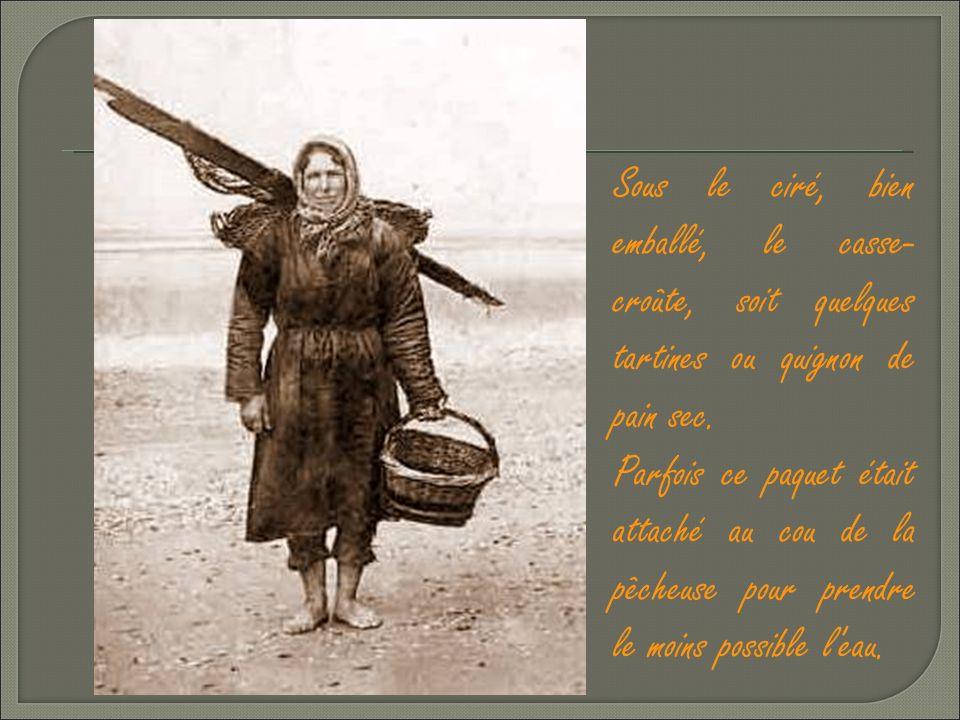 Sur la tête, par temps froid, un châle de laine, tradition oblige.