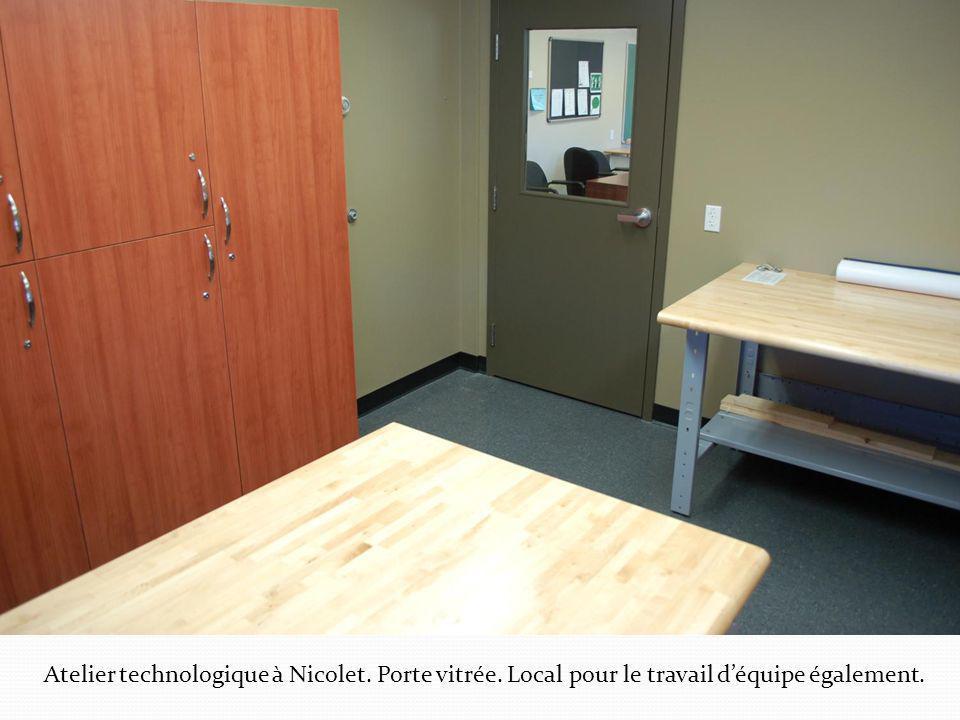 Atelier technologique à Nicolet. Porte vitrée. Local pour le travail déquipe également.