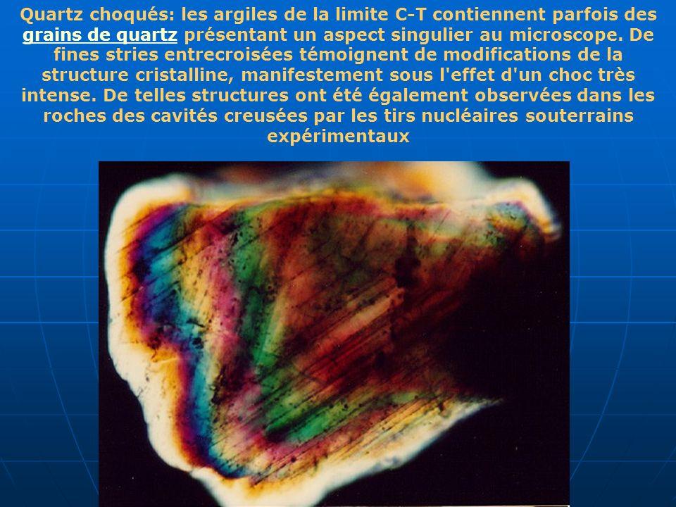 Quartz choqués: les argiles de la limite C-T contiennent parfois des grains de quartz présentant un aspect singulier au microscope. De fines stries en