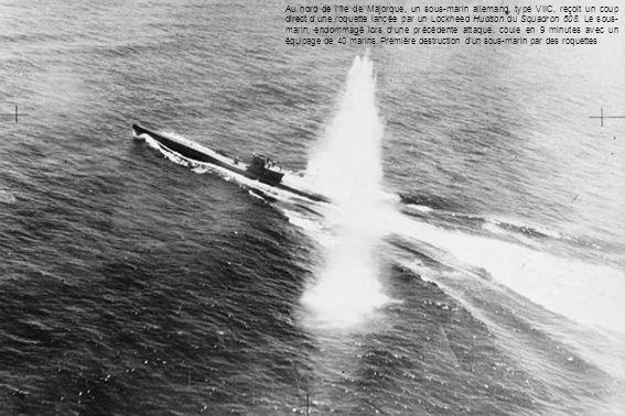 Au nord de lîle de Majorque, un sous-marin allemand, type VIIC, reçoit un coup direct dune roquette lancée par un Lockheed Hudson du Squadron 608.