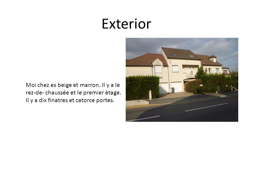 Exterior Moi chez es beige et marron. Il y a le rez-de- chaussée et le premier ètage.