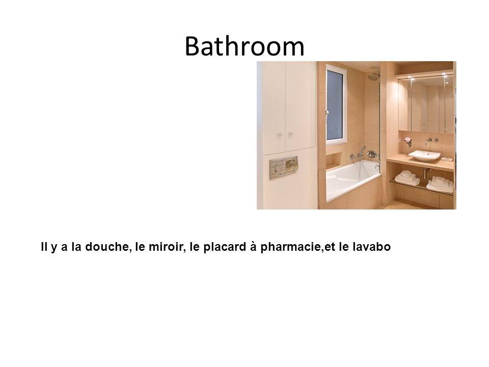 Bathroom Il y a la douche, le miroir, le placard à pharmacie,et le lavabo