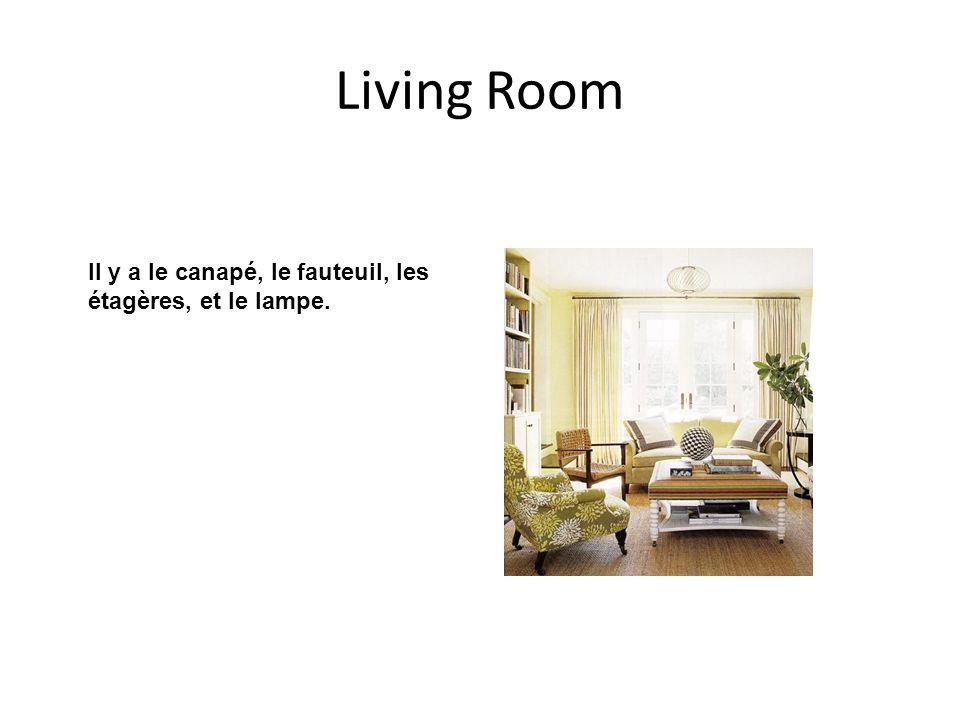 Living Room Il y a le canapé, le fauteuil, les étagères, et le lampe.
