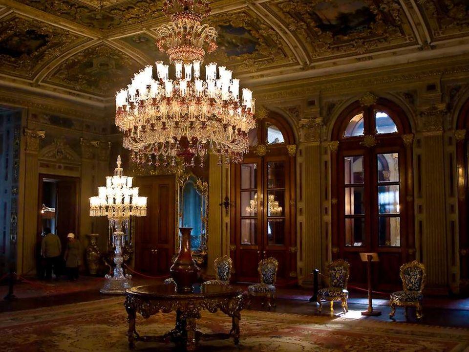 Dolmabahçe détient la plus grande collection au monde de lustres et lampes en cristal de Bohème et de Baccarat.