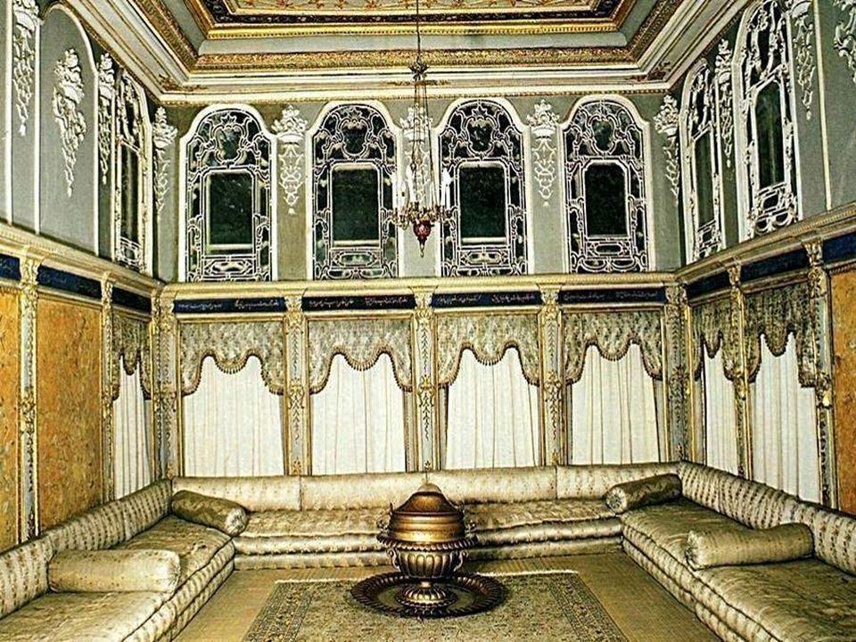 Le désign et la décoration du palais mèlent les styles européens et les standards de la culture ottomane.