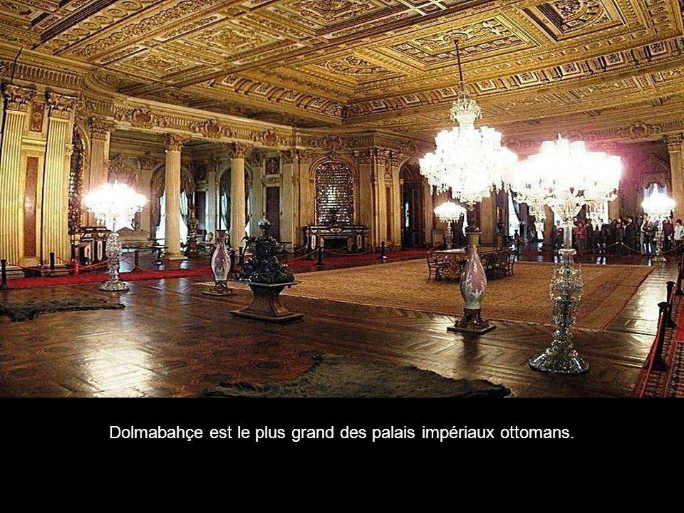 Algunas de las muchas obras de arte que se pueden admirar en el Palacio.. Quelques pièces de limmense collection doeuvres dart en or exhibées au palai