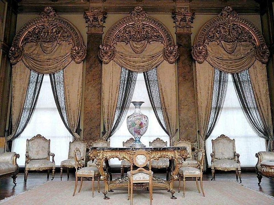 Il est immense et somptueux, avec 285 chambres, 43 immenses salons et de multiples autres pièces à usage spécifique.