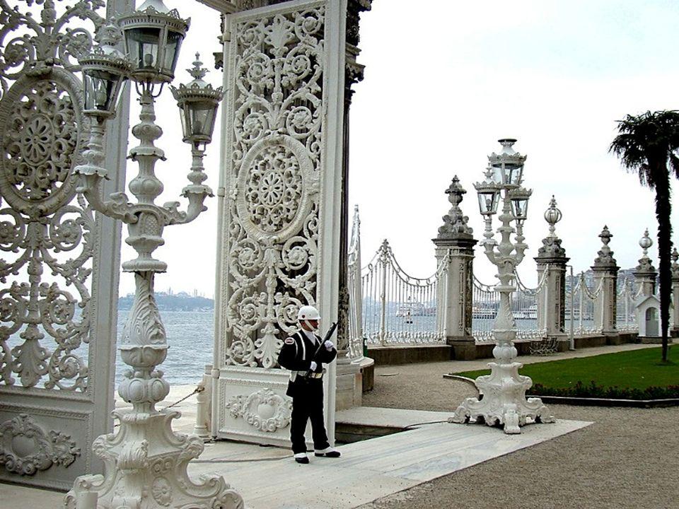 Le palais de Dolmabahçe à Istamboul (Turquie), situé sur le côté européen du Bosphore, fut le principal centre administratif de lempire Ottoman.