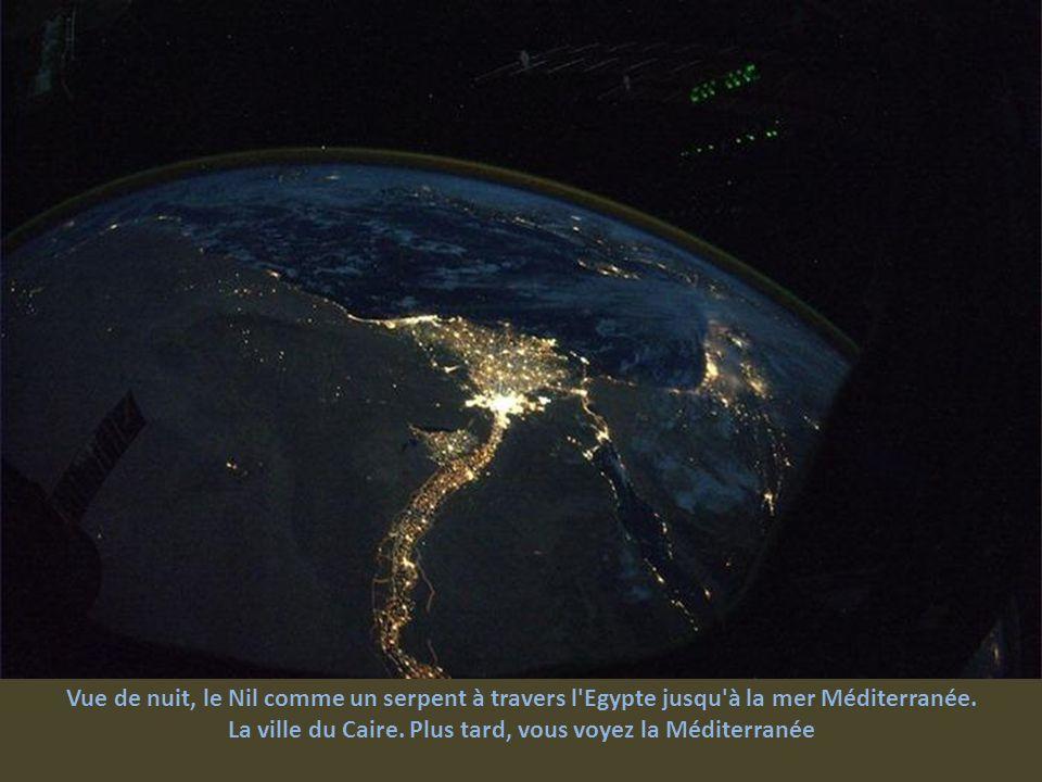 Au-dessus du désert du Sahara. Le Nil traverse l'Egypte le long des pyramides de Gizeh au Caire. Plus haut, vous voyez la péninsule du Sinaï, la mer m