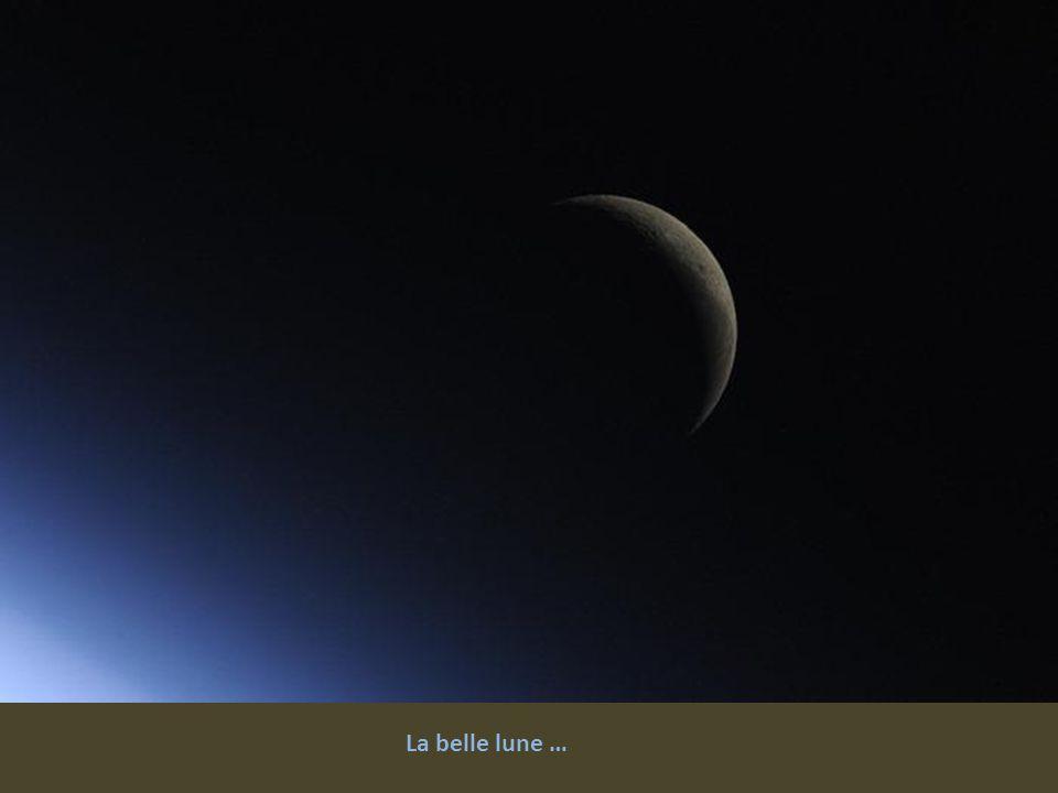 Aurores boréales au cours d'une des nuits plus spectaculaires au-dessus de l'Europe. Sur la photo, on voit clairement le Pas-de-Calais. Paris brille d