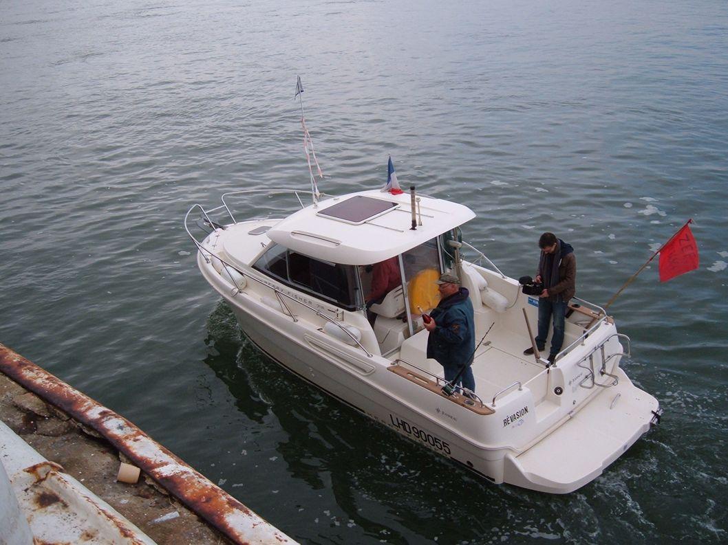 Notre amis André a bord de son bateau « REVASION » emmène Jean-Paul Conuau l'organisateur de la compétition et le photographe qui va immortaliser le w