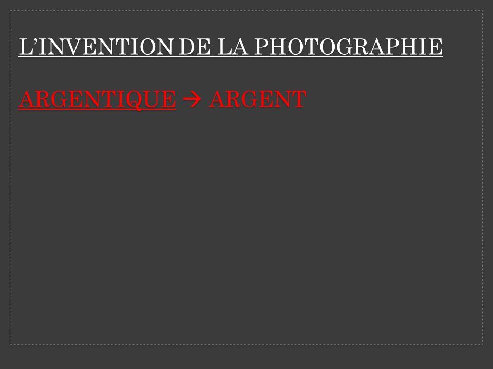 LA TECHNIQUE Sous la lumière rouge on place un objet sur du papier photographique.
