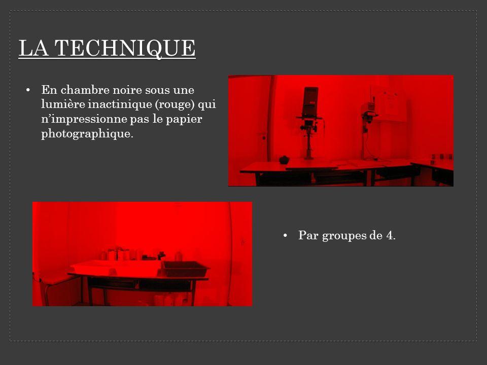 En chambre noire sous une lumière inactinique (rouge) qui nimpressionne pas le papier photographique. Par groupes de 4.