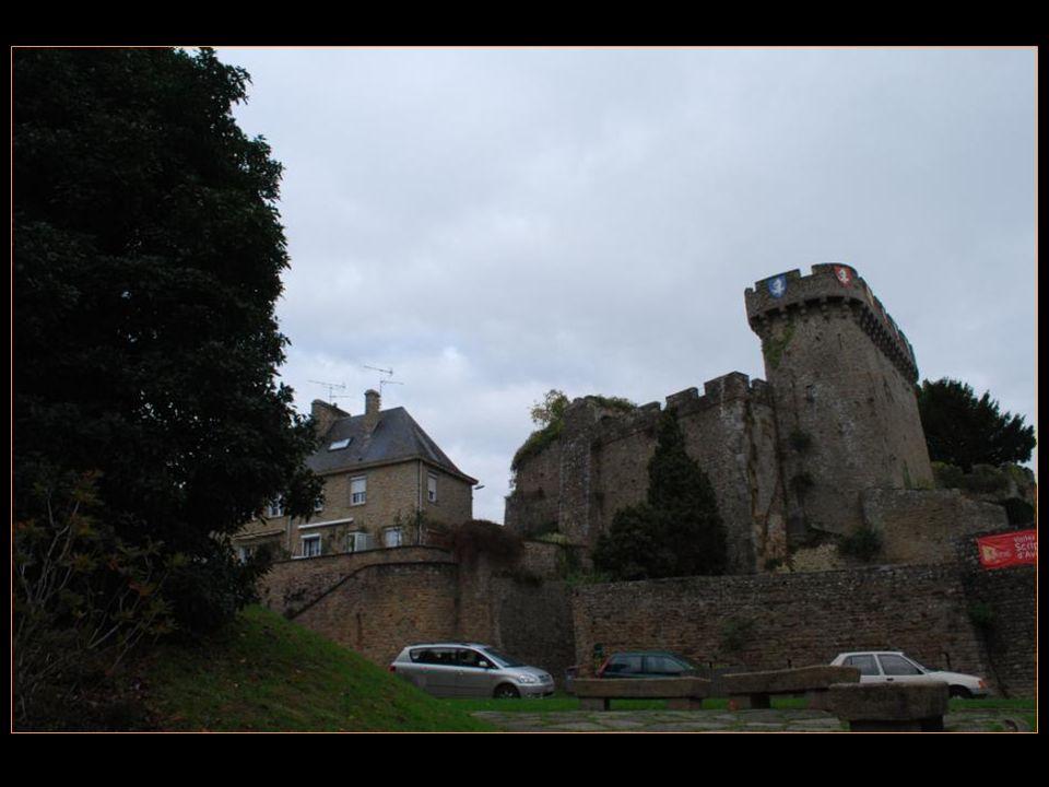 Les remparts et le donjon dAvranches Le donjon a été construit au début du XI me siècle