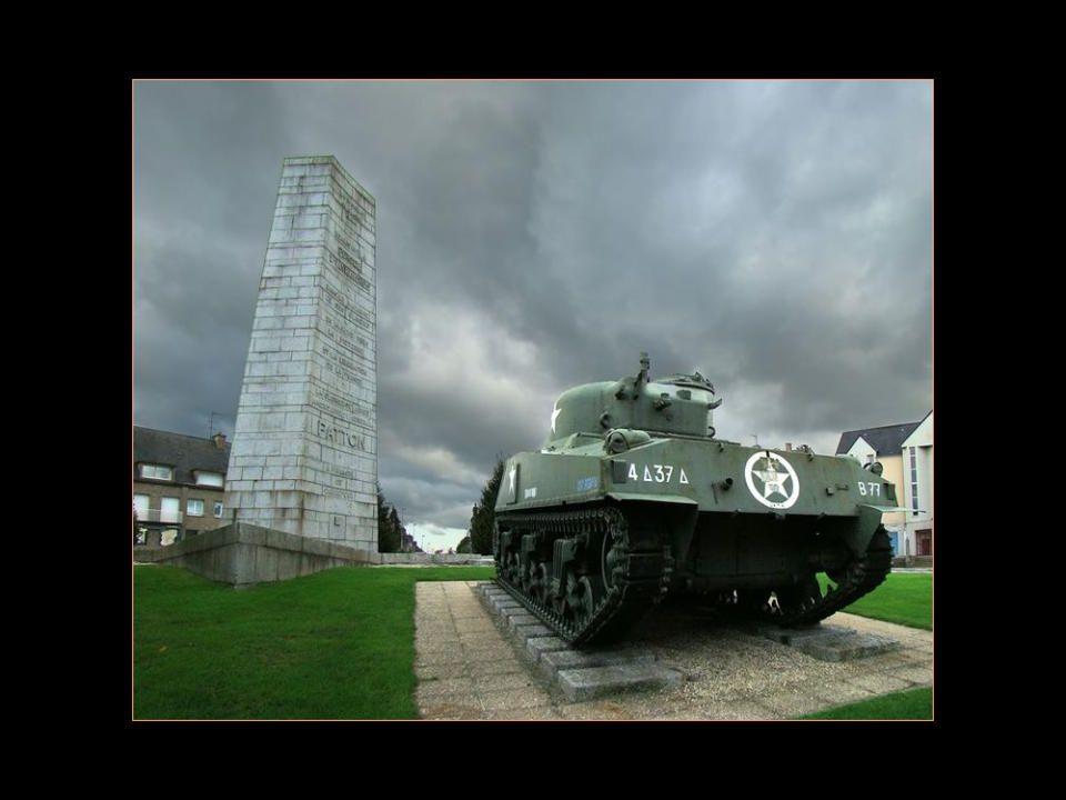 La Première vision en arrivant à Avranches, dans le carrefour, le monument en lhonneur du Général Patton libérateur lors de la seconde guerre mondiale
