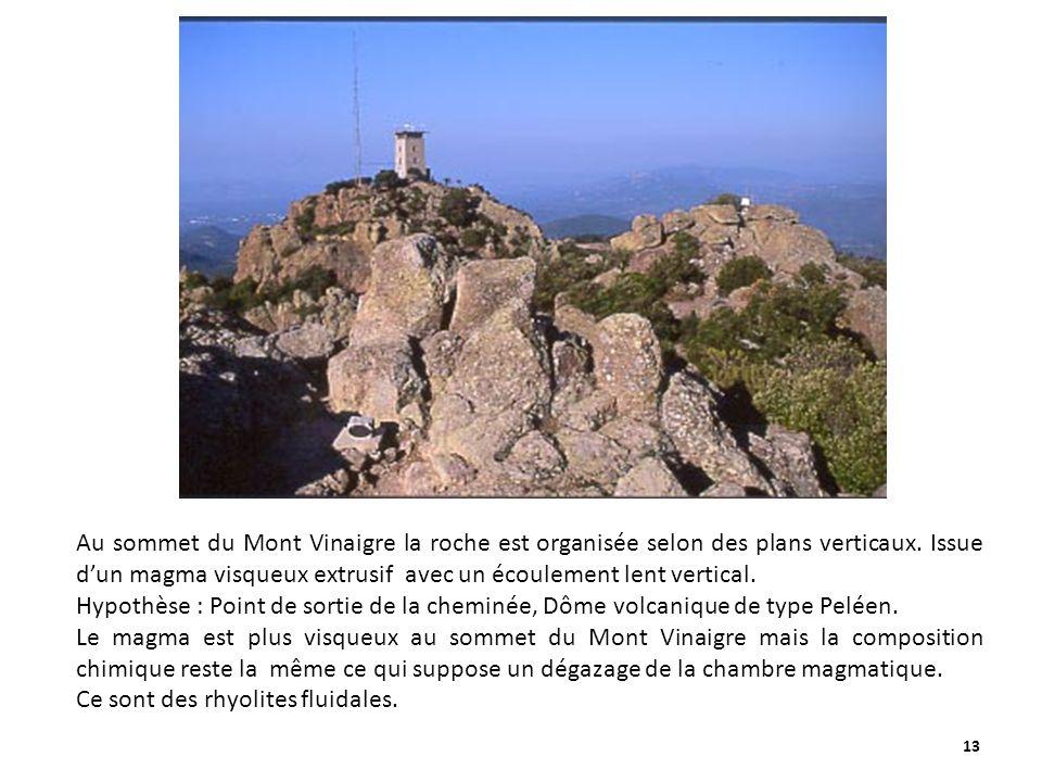 13 Au sommet du Mont Vinaigre la roche est organisée selon des plans verticaux. Issue dun magma visqueux extrusif avec un écoulement lent vertical. Hy