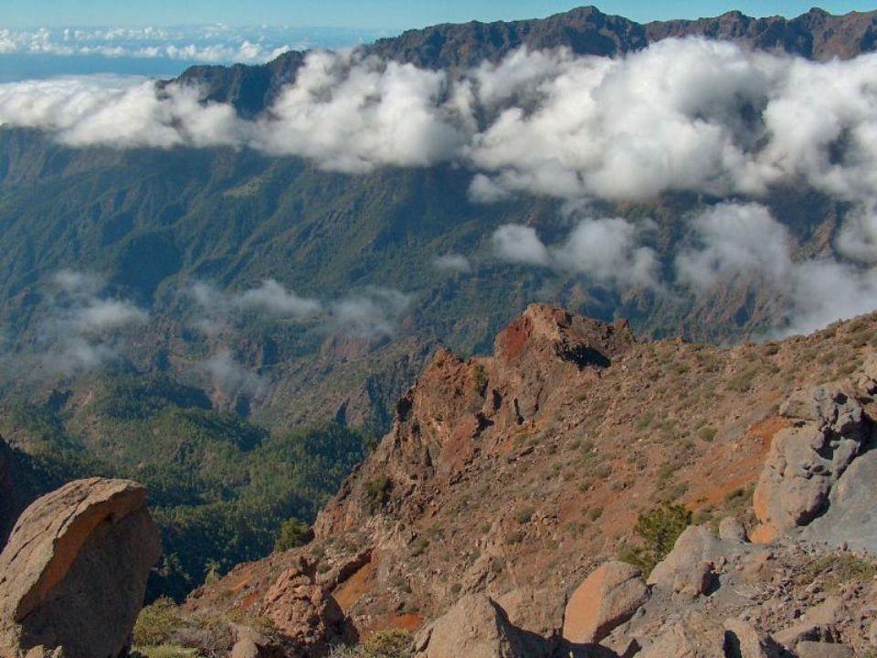 L ile de La Palma a une altitude maximal de 2.423 mètres. Lile de Tenerife avec le Teide majestueux soulevé a une altitude de 3.718 mètres.
