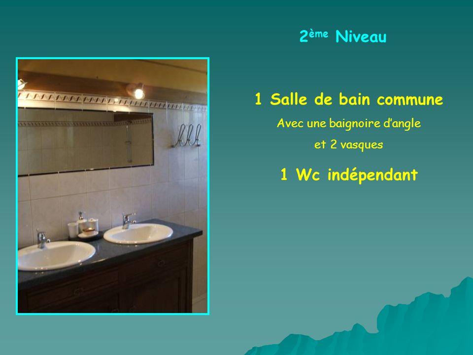 2 ème Niveau 1 Salle de bain commune Avec une baignoire dangle et 2 vasques 1 Wc indépendant
