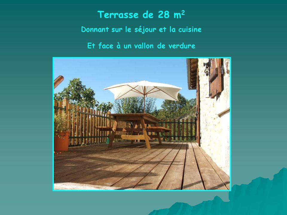 Terrasse de 28 m 2 Donnant sur le séjour et la cuisine Et face à un vallon de verdure
