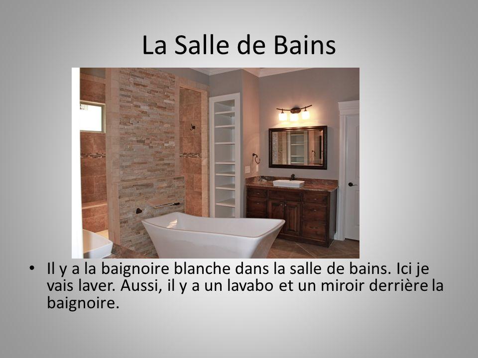 La Salle de Bains Il y a la baignoire blanche dans la salle de bains.