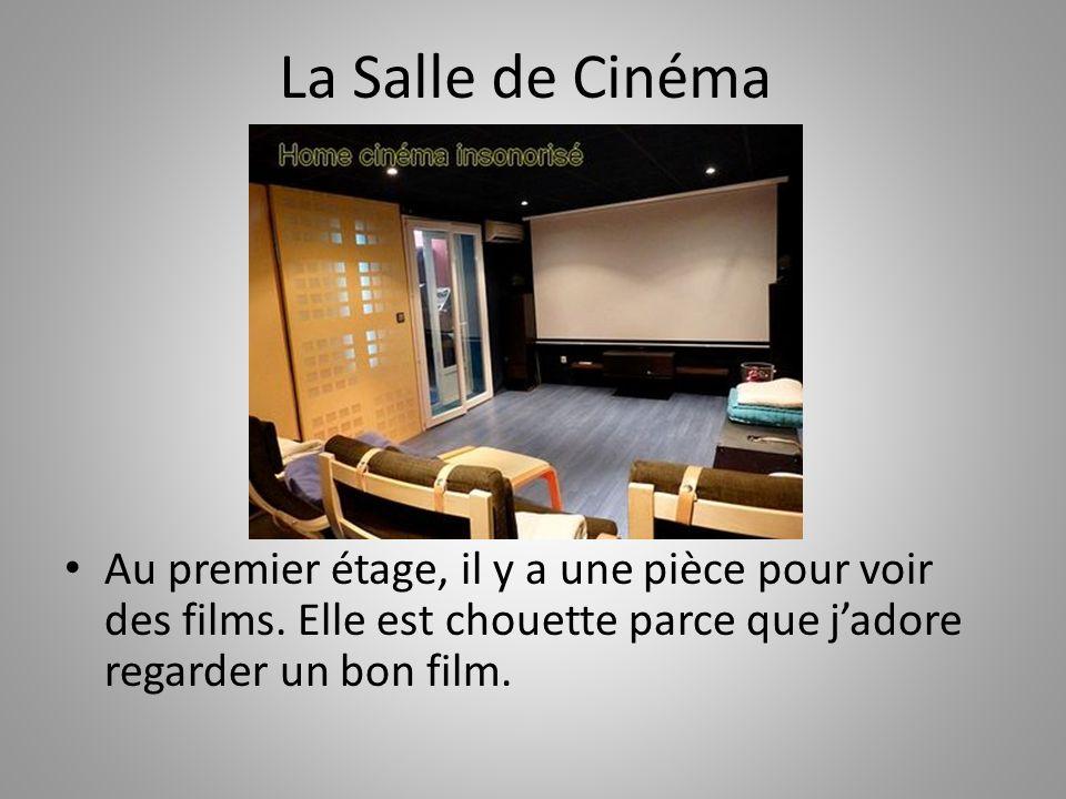 La Salle de Cinéma Au premier étage, il y a une pièce pour voir des films.