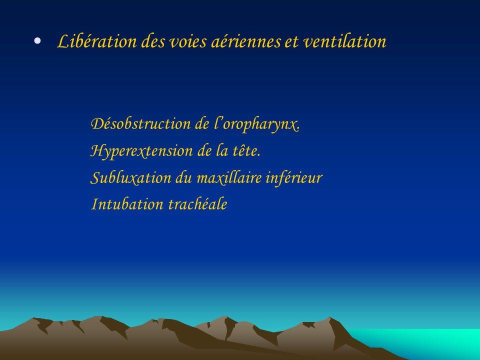 Libération des voies aériennes et ventilation Désobstruction de loropharynx. Hyperextension de la tête. Subluxation du maxillaire inférieur Intubation