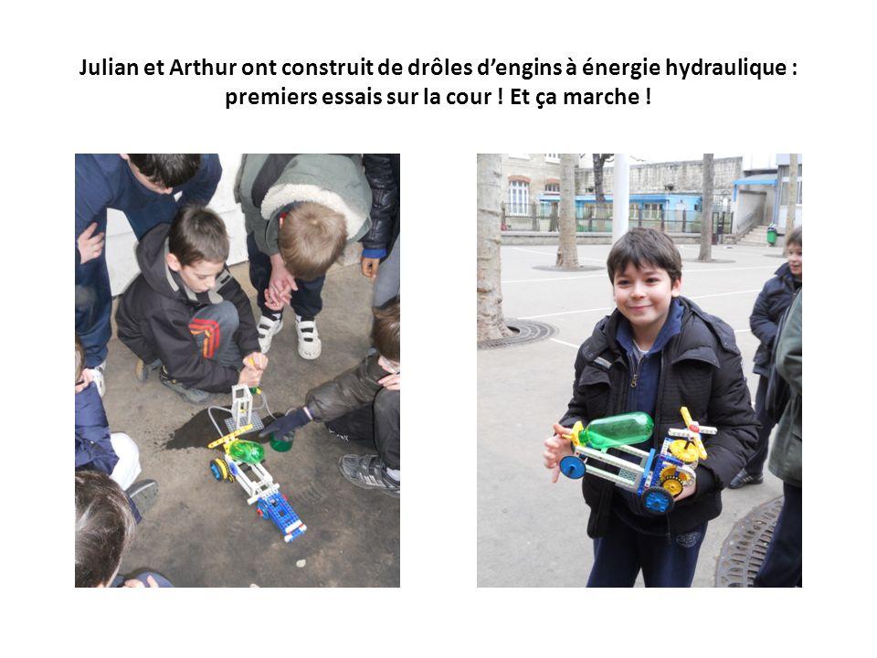 Julian et Arthur ont construit de drôles dengins à énergie hydraulique : premiers essais sur la cour ! Et ça marche !